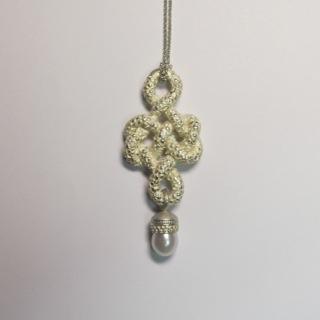 Schleife in Silber mit Süßwasserperlenkapsel
